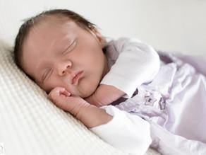 Séance photo lifestyle nouveau-né à domicile - Quelque part dans l'Ain