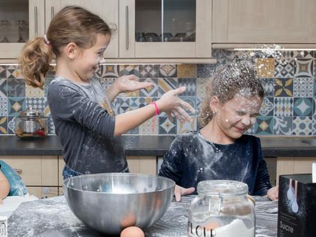 Séance photo lifestyle en famille dans l'Ain : préparation d'un gâteau qui dégénère !
