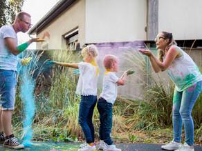 Séance photo en famille rigolote avec de la poudre colorée (Holi) !