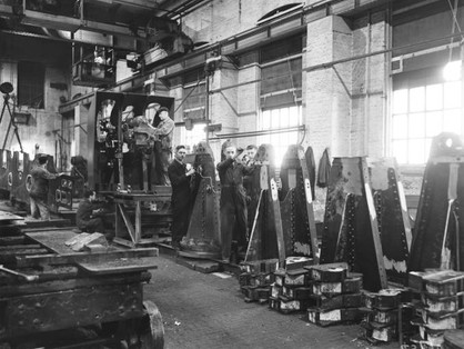 Manufacturing guns at Doncaster railway works, 1943