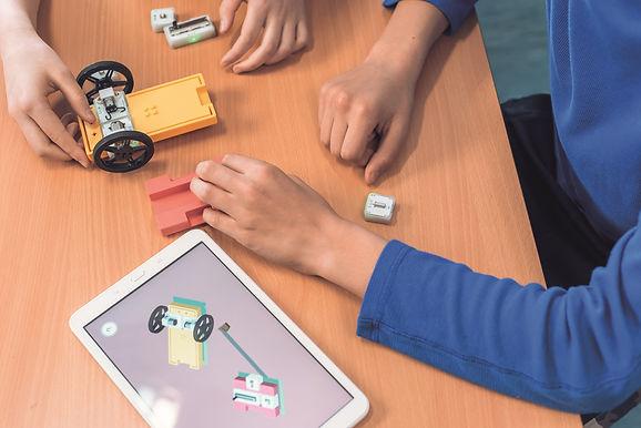 SAM Labs將硬體、軟體以及網路三者無縫接軌,讓使用者用最簡單的方式從實作中學習電子工程,甚至是軟體編寫。