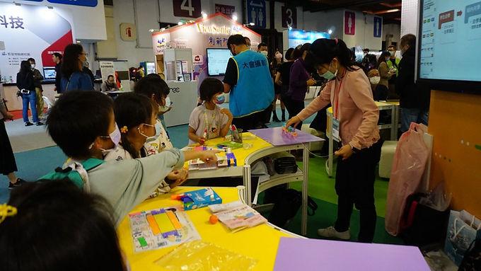教育科技展直擊!小學生參與設計,出動AR桌遊、情感機器人助學習