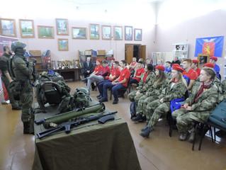 Юнармейцы Емельяновского района ознакомились с новейшими образцами российского оружия