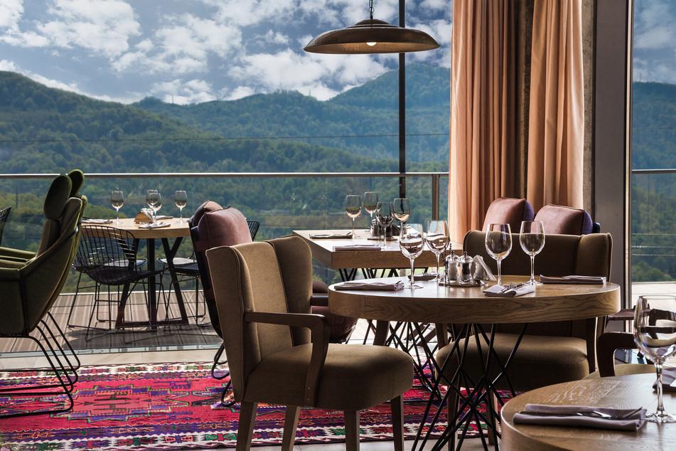 Основной зал панорамного ресторана KAURI