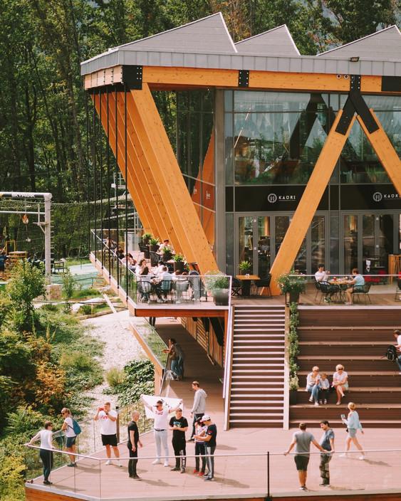 Вид с Амфитеатра на террасу панорамного ресторана KAURI