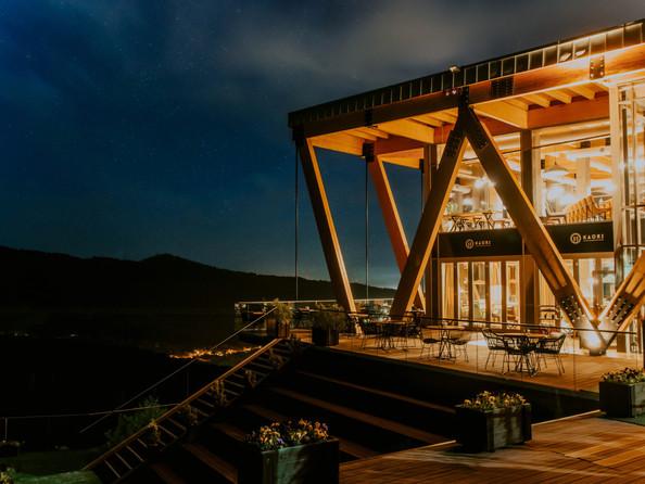Вечерний вид панорамного ресторана KAURI