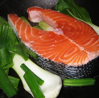 """salmon คือ ปลาแซลมอนที่เรารู้จักกันดี คำนี้ไม่ได้ออกเสียงว่า """"แซล-ม่อน"""" นะจ๊ะ"""