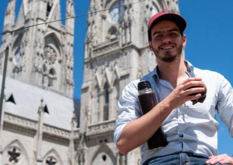 A puro mate y gorro, Leandro Fagúndez recorre Ecuador y concreta nuevos proyectos