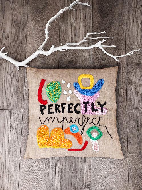 "Cuscino con ricamo ""Perfectly imperfect"""