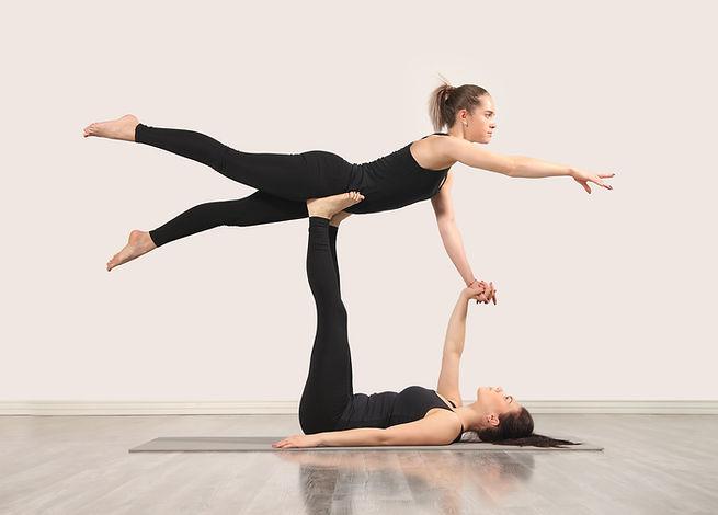Женщины, практикующие Акройогу