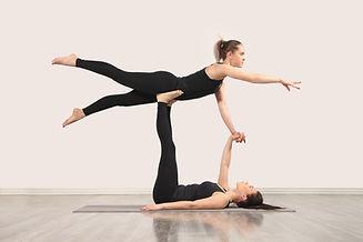 Donne che praticano Acroyoga