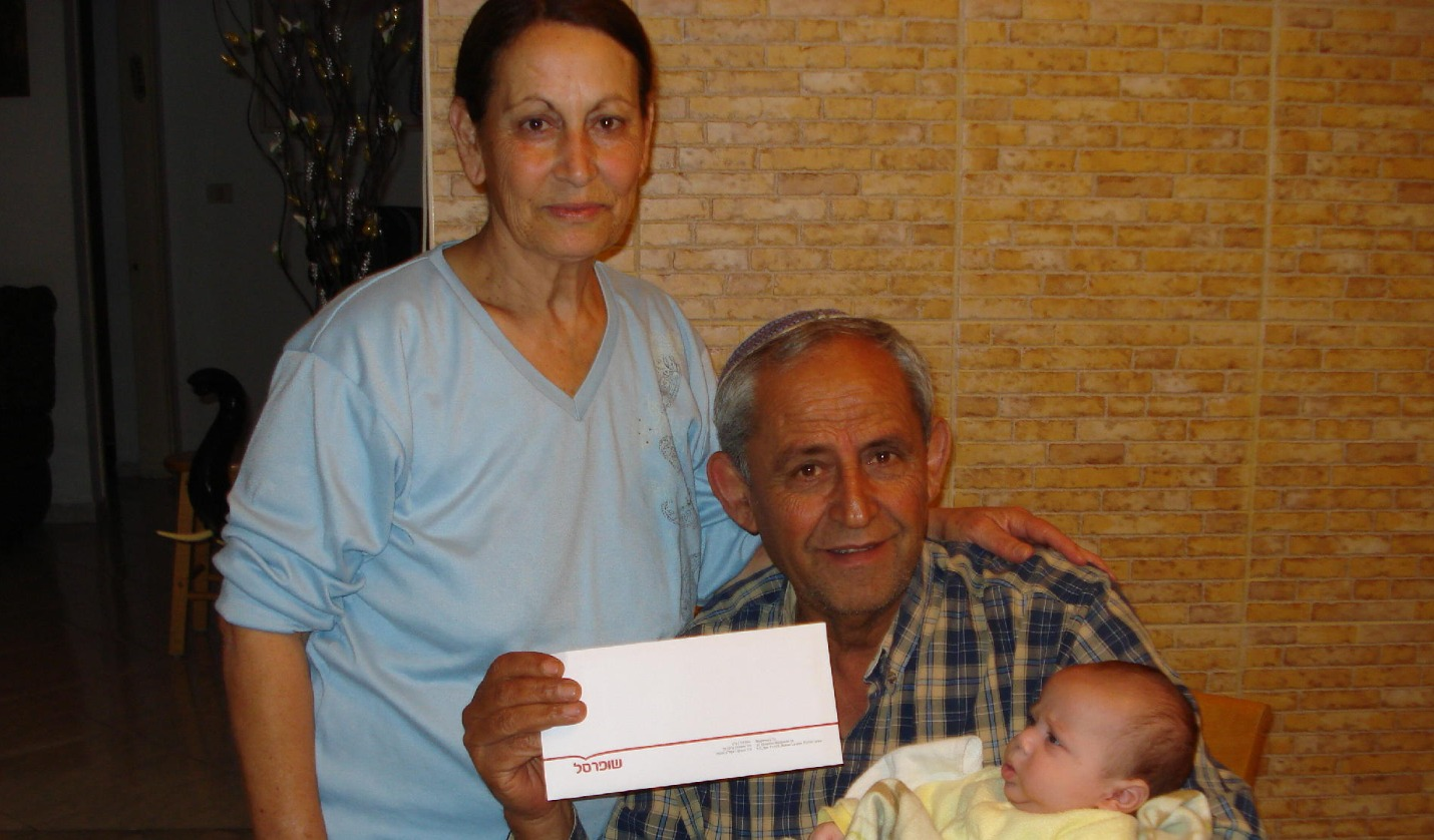 Devorah & Avi receive check from OE
