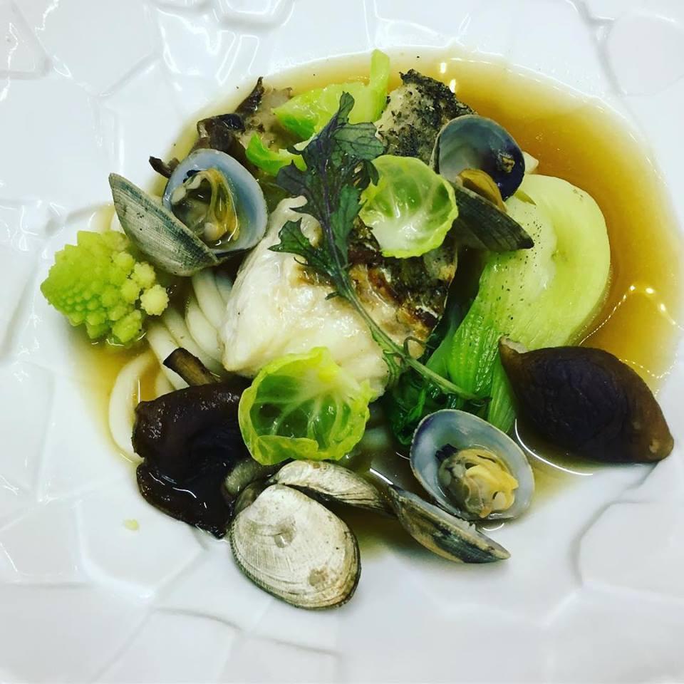Merlu sauvage, palourdes, shitaké, udon et pak choi dans un bouillon dashi. Inspiration d'un plat emblématique de la gastronomie Japonaise, bien plus consommé que les sushis! En souvenir d'un séjour incroyable à Kyoto. #restaurantorabasse #champignons #richerenches #udon #ramen #instachef #instafood #picoftheday #france #japan #kyoto #fusion #pordamsa #foodlover #foodie