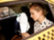 Mujer en taxi