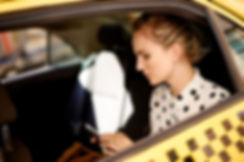 Femme en taxi