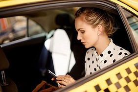 Frau im Taxi