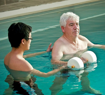 Hydrotherapy physiotherapist and patient training