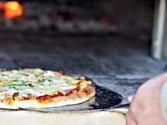 ピザ釜で焼きたてのピザ