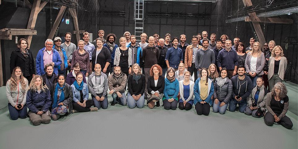 Das Gruppenfoto zeigt überwiegend Mitarbeitende der Abteilung Tierwanderungen im Imaging-Hangar in Radolfzell