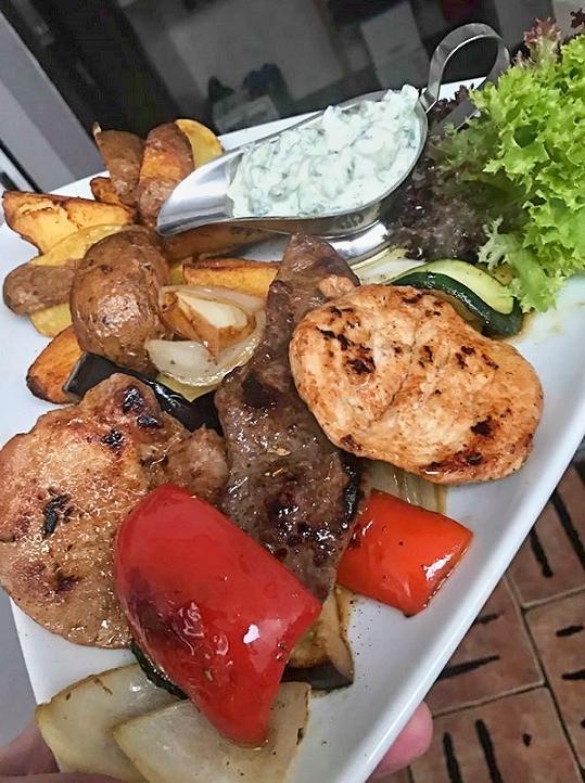 """""""Mix gril (kuřecí, hovězí, vepřový), grilovaná zelenina, americký brambor"""