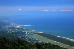 弥彦山スカイラインから日本海を一望