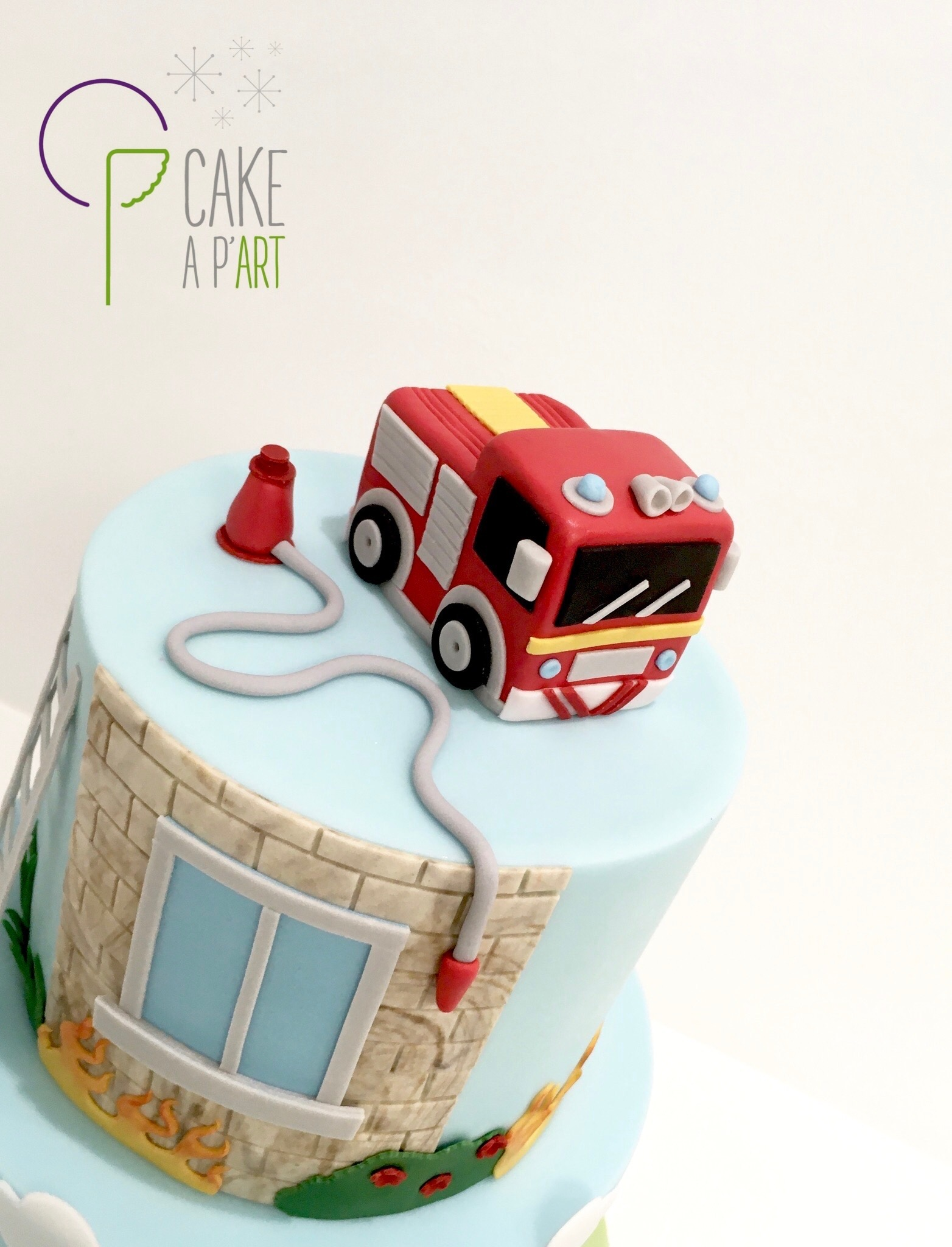 - Gâteau personnalisé anniversaire enfant - Thème Pompier Camion Lance Incendie