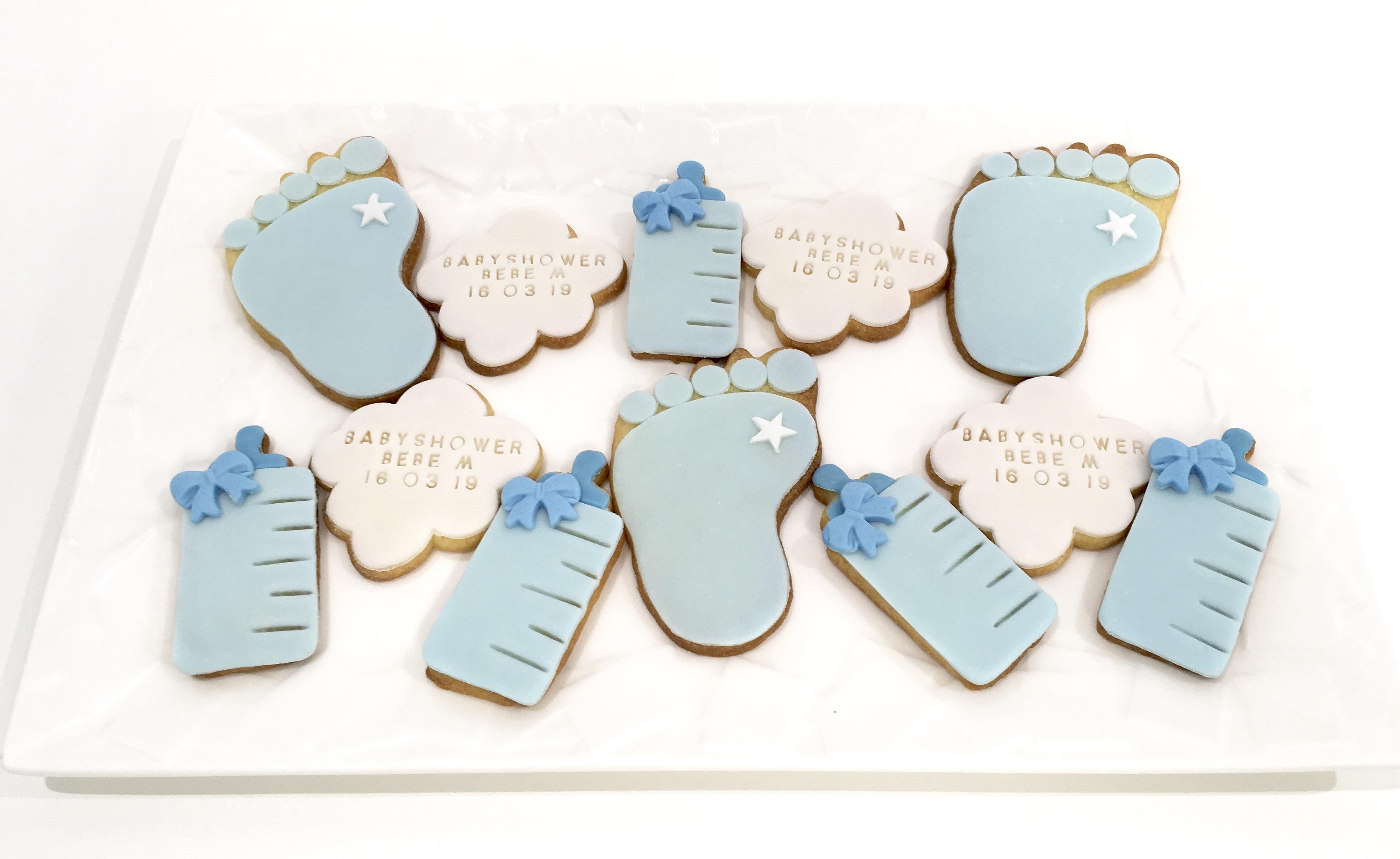 Gâteaux individuels personnalisés Babyshower - Sablés décorés Nuages biberons et empreintes