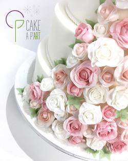 Wedding Cake Pièce montée Mariage - Thème Cascade de fleurs Roses