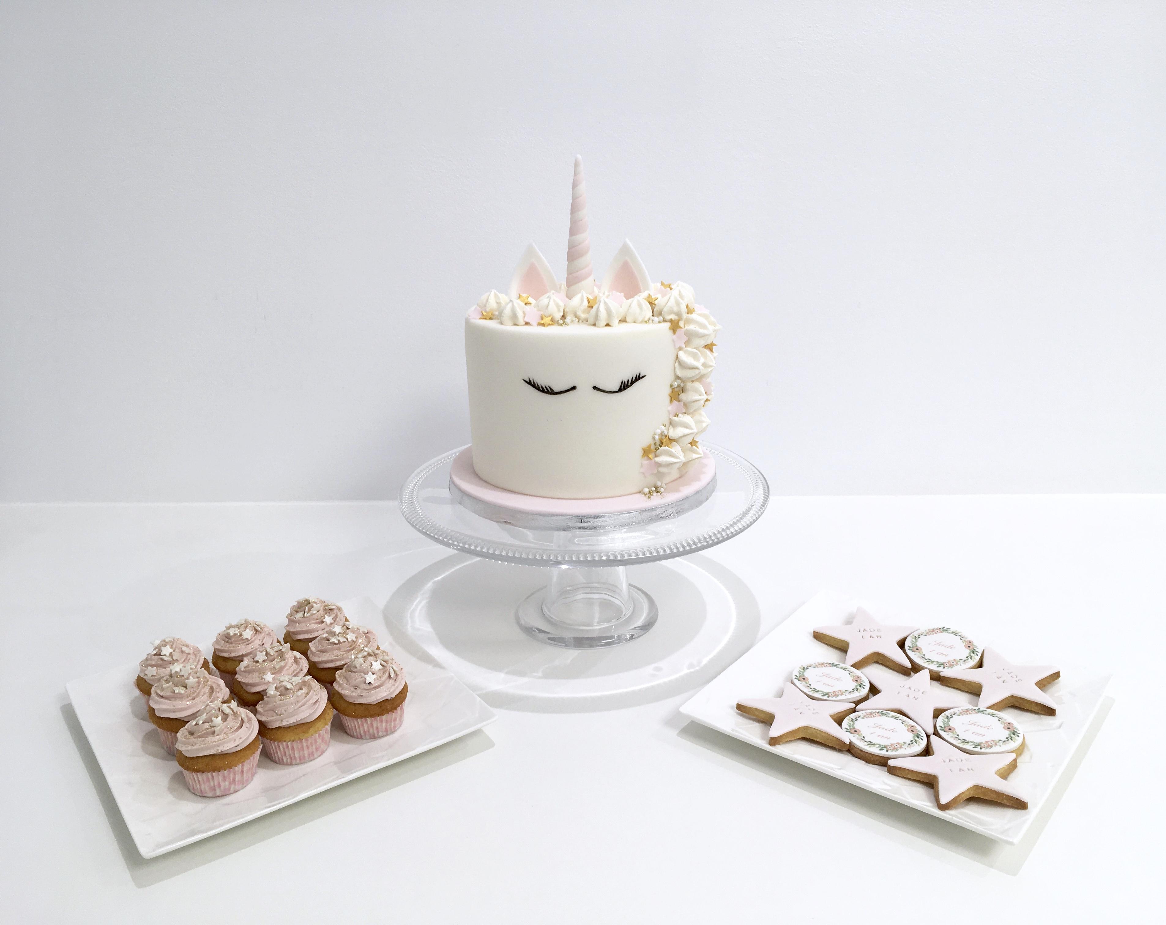 Gâteaux individuels personnalisés Anniversaire - Sablés décorés et Mini cupcakes Licorne et étoiles