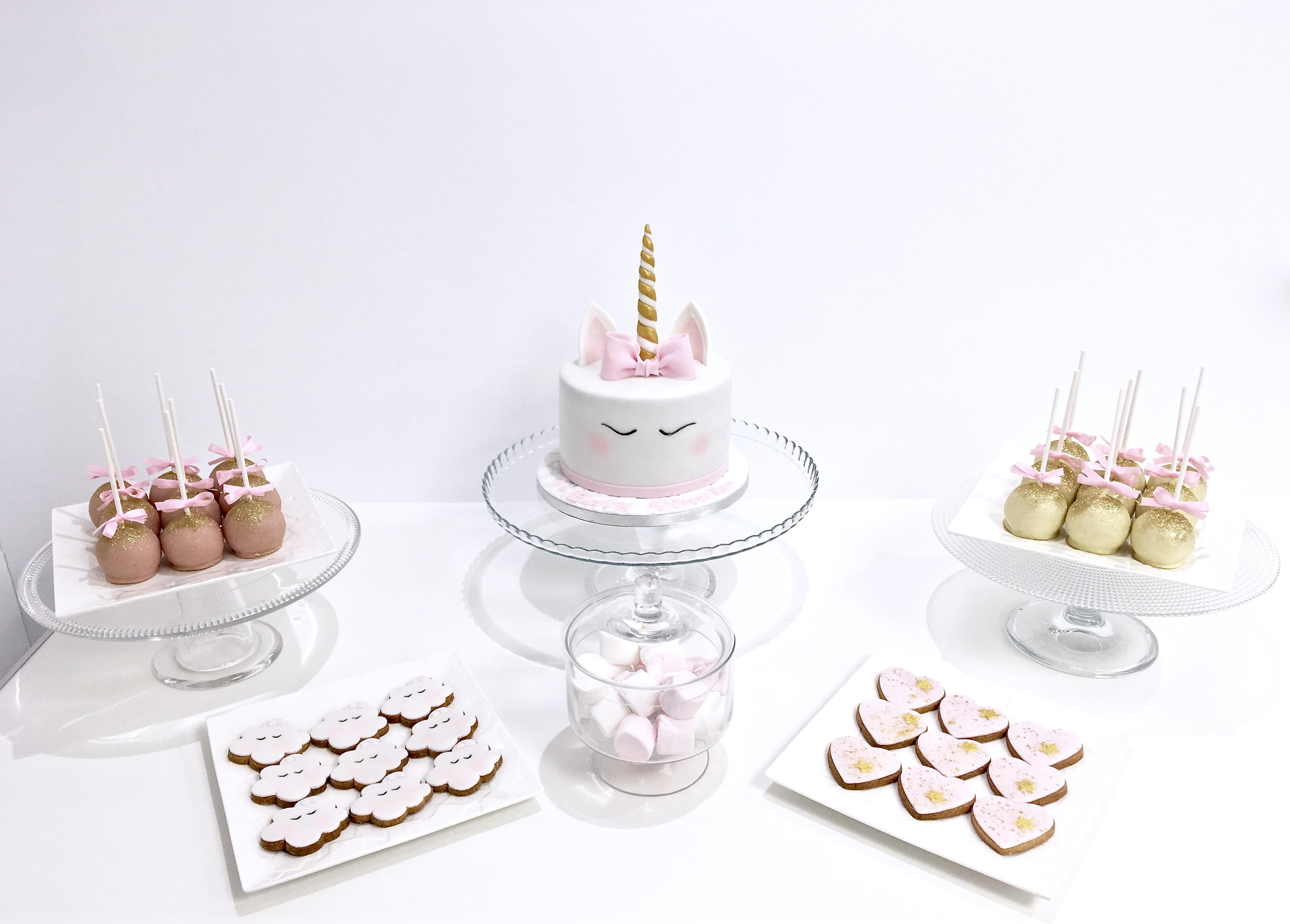 Gâteaux individuels personnalisés Anniversaire - Sablés décorés et Popcakes Thème licorne et nuages