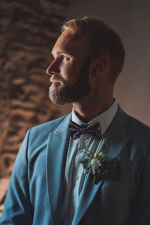 portrait d'un marié en costume