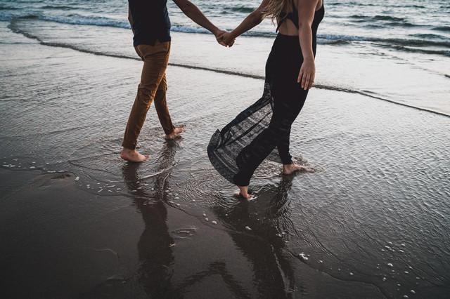 Jolie photos couple et engagement à la mer La Rochelle