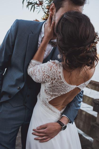 photos kiss bride and groom