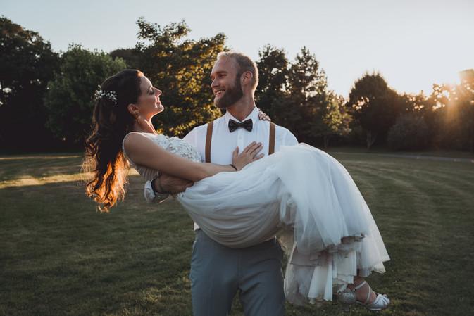 Jeunes mariés américains pendant leurs photos de couple