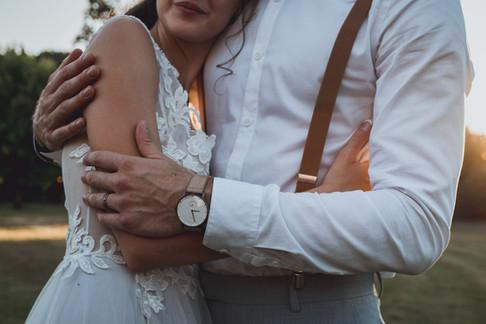 Photos de caresse sur le bras des mariés