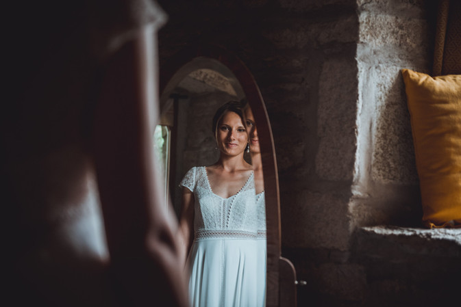 portrait de la mariée aux préparatifs dans un miroir