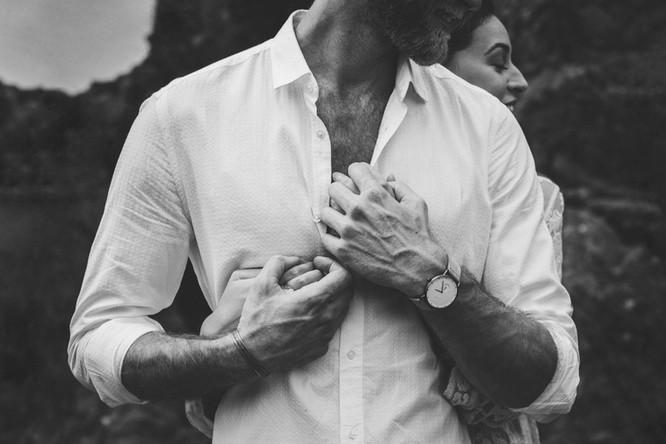 Séance photo couple et engagement en noir et blanc