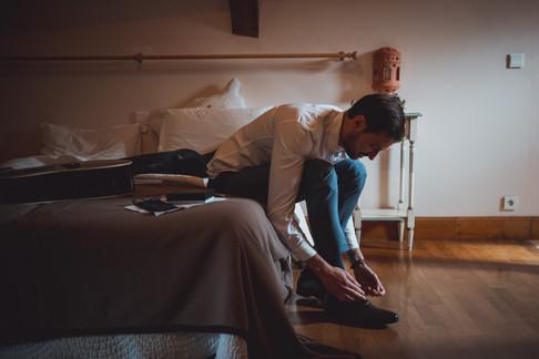 Préparatifs du marié dans sa chambre