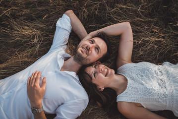 Une séance engagement couple dans les champs en Bretagne