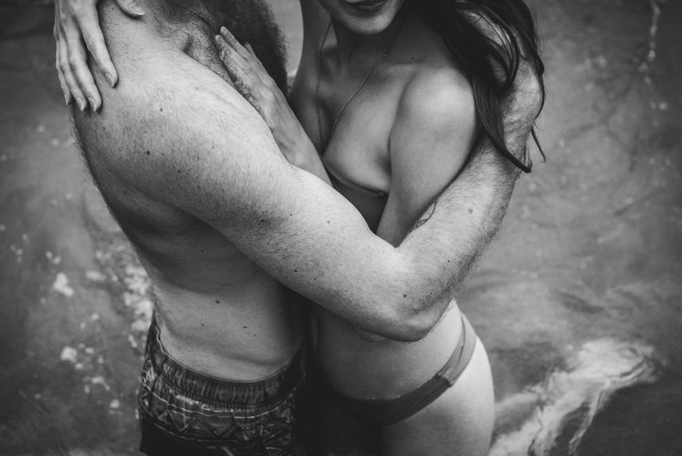 Intimate session à la plage en couple dans l'eau, en côte Atlantique