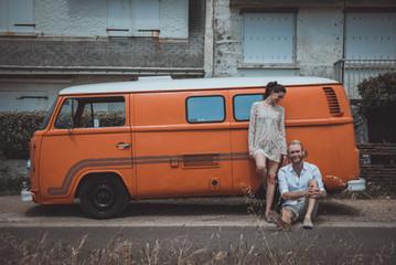 Séance couple engagement bohème et folk avec un van en Loire-Atlantique