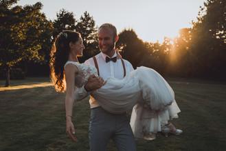 photos de mariés folk romantique au coucher du soleil