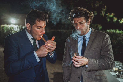 photos de marié qui fume le cigare en soirée