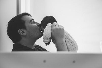 Shooting photo de papa avec bébé à la maison