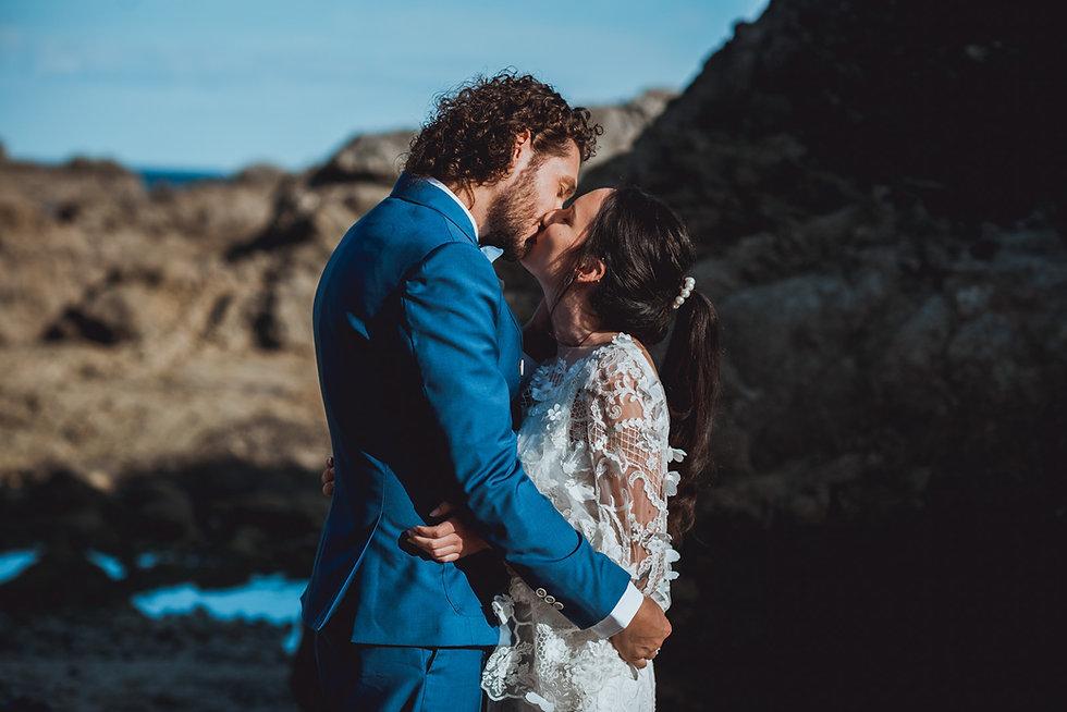 couple de jeunes mariés sur les plages de Loire-Atlantique. Mariage à la mer.