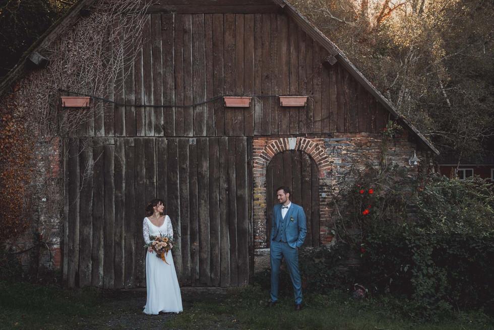 photos de couple mariage folk et automnale devant une grange