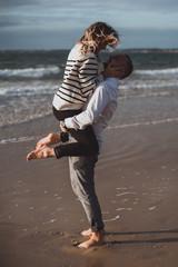 Des futurs mariés à leur séance engagement couple à la plage à Guérande