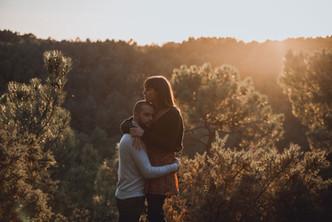 Un couple d'amoureux pendant une séance couple engagement
