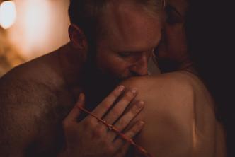 Séance photo de couple engagement intime ambiance boudoir