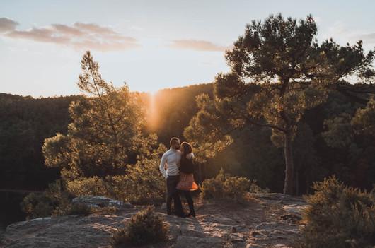 Jolie séance engagement en pleine nature en forêt